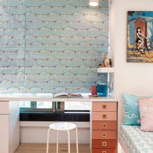 Foto di una cameretta per bambini contemporanea con pareti bianche, parquet chiaro e pavimento beige
