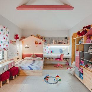 Foto på ett orientaliskt barnrum kombinerat med sovrum, med vita väggar och vitt golv