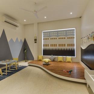 Aménagement d'une grand chambre neutre de 4 à 10 ans asiatique avec un bureau, un sol beige et un mur beige.