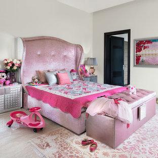 Immagine di una cameretta per bambini da 4 a 10 anni eclettica con pareti beige e pavimento beige