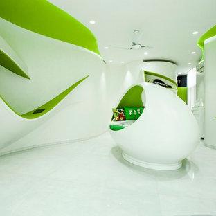 Exemple d'une grande chambre d'enfant de 4 à 10 ans éclectique avec un mur blanc.