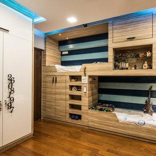 Neutrales, Kleines Modernes Jugendzimmer mit Schlafplatz, weißer Wandfarbe, braunem Boden und braunem Holzboden in Mumbai