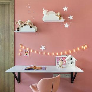 Immagine di una cameretta per bambini contemporanea con pareti rosa, parquet chiaro e pavimento beige
