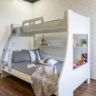 Idéer för ett modernt barnrum, med flerfärgade väggar, mellanmörkt trägolv och brunt golv