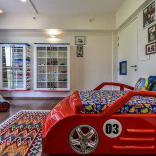 Idee per una cameretta per bambini design con pareti bianche, parquet scuro e pavimento marrone