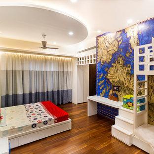 Modernes Kinderzimmer mit Schlafplatz, bunten Wänden, braunem Holzboden und braunem Boden in Bangalore