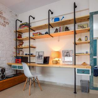 Imagen de habitación infantil unisex de 4 a 10 años, urbana, con escritorio, paredes blancas y suelo beige