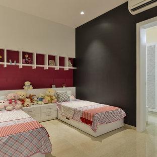 Cette image montre une chambre d'enfant asiatique de taille moyenne avec un mur noir et un sol beige.