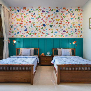 Idee per una cameretta da letto chic con pareti multicolore, pavimento beige, boiserie e carta da parati