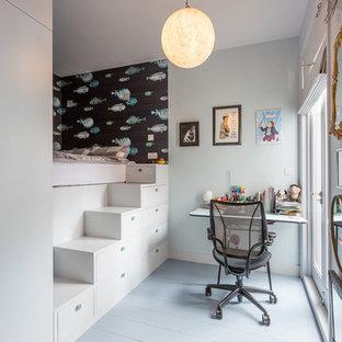 Ispirazione per una cameretta da letto minimal con pareti blu e pavimento blu