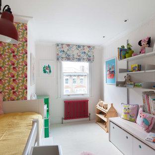 Réalisation d'une petit chambre d'enfant de 4 à 10 ans minimaliste avec un mur rose, moquette, un sol blanc, un plafond décaissé et du papier peint.
