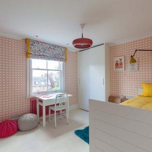 На фото: маленькая детская в стиле модернизм с спальным местом, розовыми стенами, ковровым покрытием, белым полом, многоуровневым потолком и обоями на стенах для ребенка от 4 до 10 лет, девочки