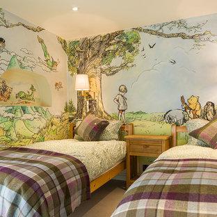 Ispirazione per una cameretta per bambini da 4 a 10 anni country con pareti multicolore