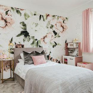 Inredning av ett shabby chic-inspirerat flickrum kombinerat med sovrum och för 4-10-åringar, med flerfärgade väggar, heltäckningsmatta och grått golv