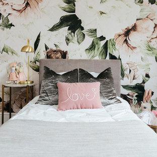 Inspiration pour une chambre d'enfant de 4 à 10 ans style shabby chic de taille moyenne avec un mur multicolore, moquette et un sol gris.