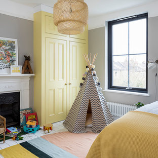 Skandinavisches Kinderzimmer mit Schlafplatz, grauer Wandfarbe, gebeiztem Holzboden und weißem Boden in London