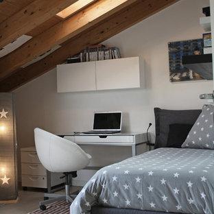 Esempio di una cameretta per bambini minimal con pareti bianche, pavimento in legno massello medio e pavimento grigio