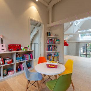 Foto di una cameretta per bambini da 4 a 10 anni minimal di medie dimensioni con pareti beige, parquet chiaro e pavimento beige