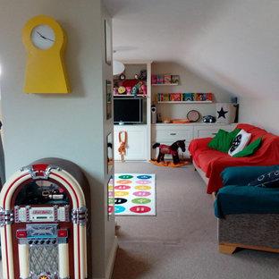 Foto di una cameretta per bambini da 4 a 10 anni classica di medie dimensioni con pareti beige, moquette e pavimento beige