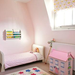 Inspiration pour une chambre d'enfant design avec un mur rose et moquette.