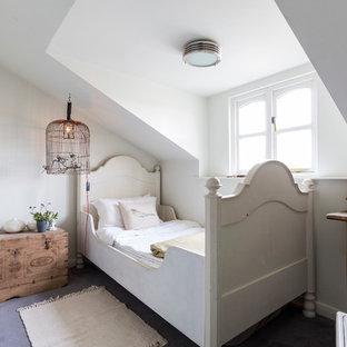 Inspiration pour une chambre d'enfant de 4 à 10 ans style shabby chic avec un mur blanc et béton au sol.