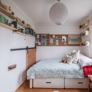 Modelo de dormitorio infantil ecléctico con paredes blancas y suelo de corcho