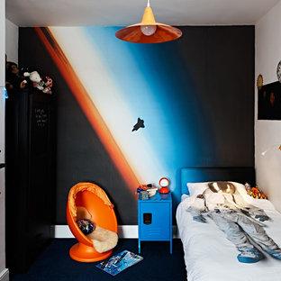 Idéer för små funkis pojkrum kombinerat med sovrum och för 4-10-åringar, med heltäckningsmatta, blått golv och flerfärgade väggar