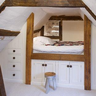 Inspiration för ett lantligt könsneutralt barnrum kombinerat med sovrum, med vita väggar och heltäckningsmatta