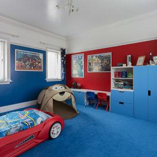 Foto på ett mellanstort funkis barnrum kombinerat med sovrum, med heltäckningsmatta, blått golv och flerfärgade väggar