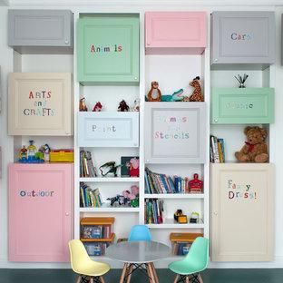 Immagine di una cameretta per bambini country di medie dimensioni con pareti bianche e pavimento verde