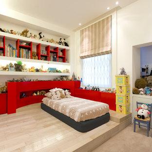 Foto di una cameretta neutra minimal con pareti beige, parquet chiaro e pavimento beige