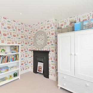 Ejemplo de dormitorio infantil de 4 a 10 años, moderno, de tamaño medio, con moqueta, paredes multicolor y suelo blanco