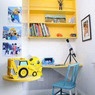 Ispirazione per una piccola cameretta per bambini da 4 a 10 anni contemporanea con pareti bianche e pavimento verde