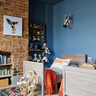 Идея дизайна: детская в стиле фьюжн с спальным местом, синими стенами, светлым паркетным полом и кирпичными стенами для ребенка от 4 до 10 лет, мальчика