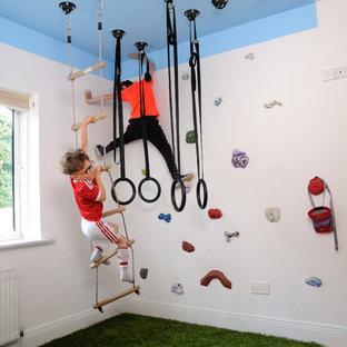 Esempio di una stanza dei giochi design con pareti bianche, pavimento in legno massello medio e pavimento marrone