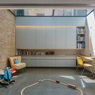 Exempel på ett modernt könsneutralt barnrum kombinerat med lekrum, med betonggolv och vita väggar