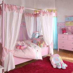 Foto på ett vintage flickrum kombinerat med sovrum och för 4-10-åringar, med flerfärgade väggar och bambugolv
