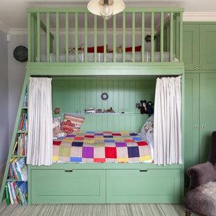Foto di una cameretta per bambini da 4 a 10 anni stile shabby di medie dimensioni con pareti grigie, moquette e pavimento verde