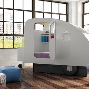 Modelo de dormitorio infantil minimalista con paredes blancas y suelo de madera en tonos medios