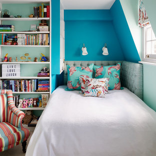 Esempio di una cameretta per bambini tropicale di medie dimensioni con pareti blu