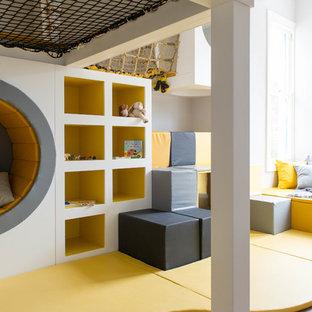 Неиссякаемый источник вдохновения для домашнего уюта: нейтральная детская с игровой среднего размера в современном стиле с серыми стенами и желтым полом для ребенка от 4 до 10 лет