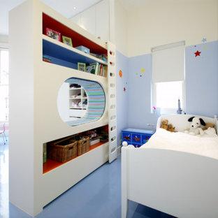 Свежая идея для дизайна: детская в современном стиле с спальным местом, синими стенами, синим полом и полом из линолеума для ребенка от 4 до 10 лет, мальчика - отличное фото интерьера