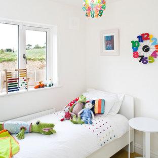 Foto di una cameretta per bambini da 4 a 10 anni tradizionale con pareti bianche, moquette e pavimento giallo