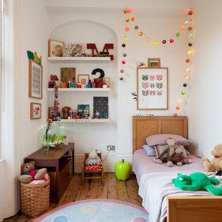 Foto di una cameretta da letto vittoriana con pareti bianche e pavimento in legno massello medio