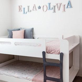 Inspiration pour une chambre d'enfant de 4 à 10 ans style shabby chic de taille moyenne avec un mur rose, moquette et un sol beige.