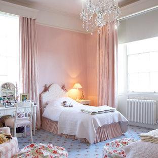 Inredning av ett shabby chic-inspirerat flickrum kombinerat med sovrum, med rosa väggar, heltäckningsmatta och blått golv