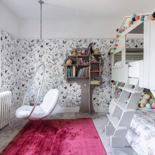 Inspiration pour une grand chambre d'enfant de 4 à 10 ans design avec un mur blanc, moquette, un sol gris et du papier peint.