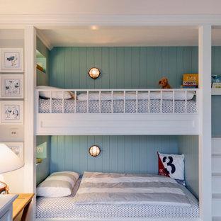 Стильный дизайн: нейтральная детская среднего размера в морском стиле с спальным местом, разноцветными стенами, паркетным полом среднего тона, коричневым полом, многоуровневым потолком и панелями на части стены для ребенка от 1 до 3 лет - последний тренд