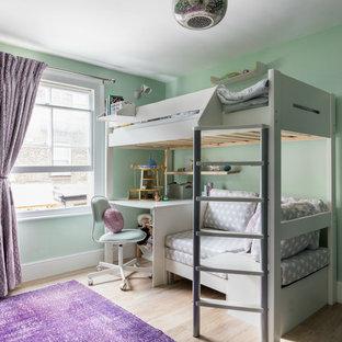 Mittelgroßes Country Kinderzimmer mit hellem Holzboden, grüner Wandfarbe, beigem Boden und Schlafplatz in London