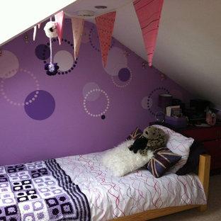Imagen de dormitorio infantil actual, pequeño, con paredes púrpuras y moqueta